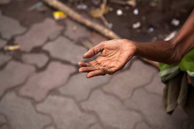 hands-of-a-begging-woman-streets-kolkata-india